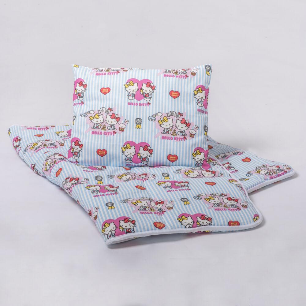A 100% pamut bébi ágyneműhuzat garnitúra kispárna- és paplanhuzatot tartalmaz. Hello Kitty mintával.