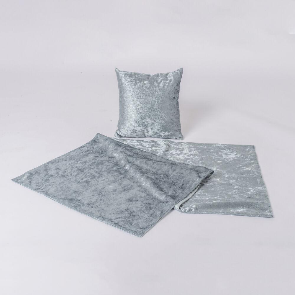 fényes felületű textilből készül.