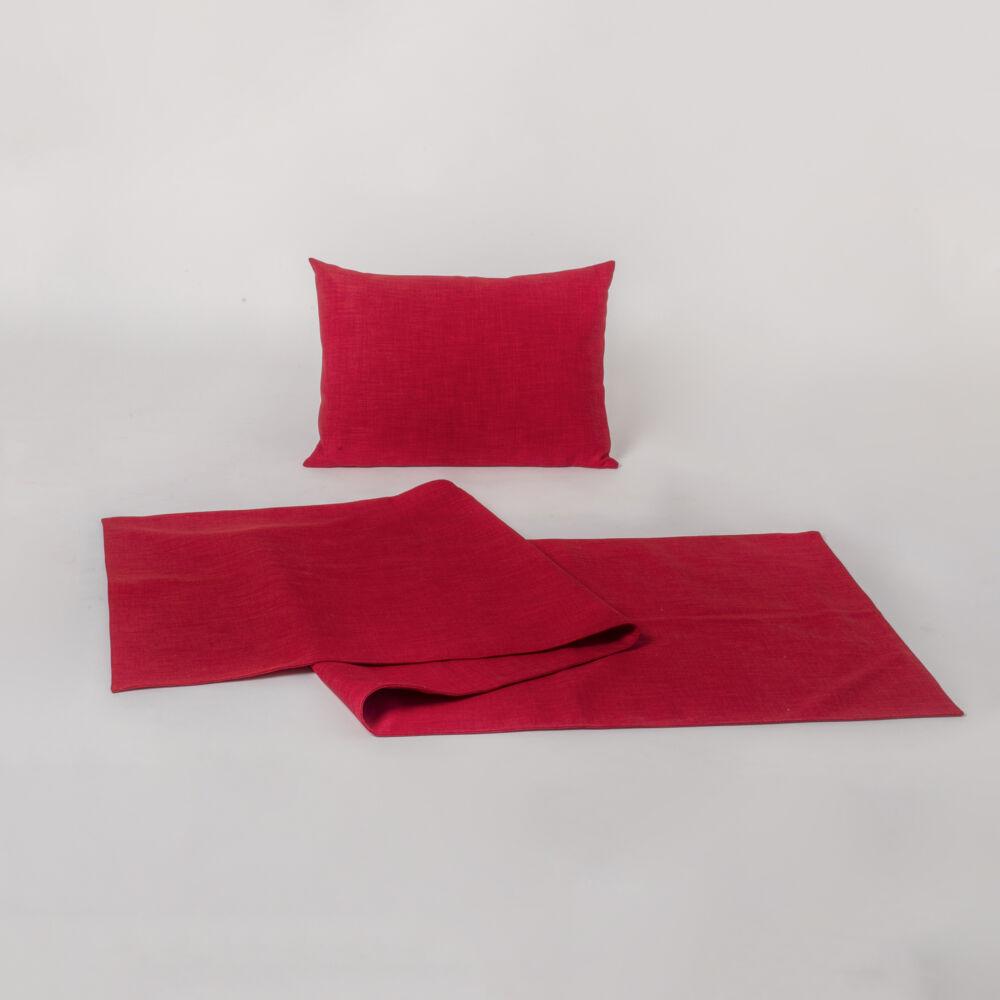 karakteres piros dísztermék. A díszpárna borítása texturált dekorszövetből készül.