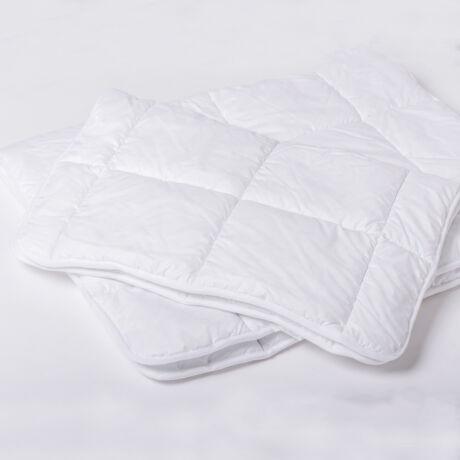 Az antiallergén bébi paplan 90 fokon mosható, így minden kórokozó és atka könnyedén elpusztítható.