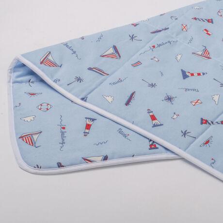 A 100% pamut játszószőnyeg gondoskodik az önfeledt játékról. Keresztezett steppeléssel, tengerész mintával.