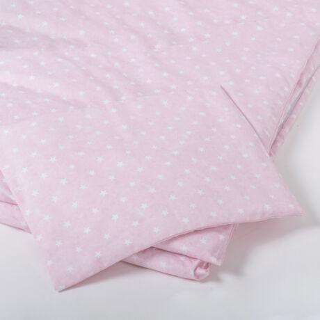 A 100% pamut gyermek ágyneműhuzat garnitúra kispárna- és paplanhuzatot tartalmaz. Rózsaszín alapon fehér csillag mintával.
