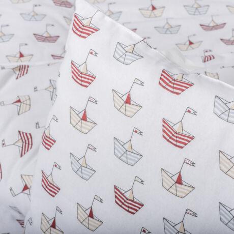 A 100% pamut gyermek ágyneműhuzat garnitúra kispárna- és paplanhuzatot tartalmaz. Vitorlás hajó mintával.