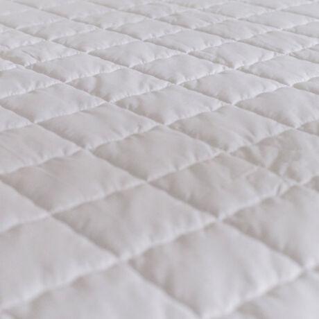Elegáns, steppelt matracvédő. Finom vászon anyagból készül négy sarkán gumírozott.