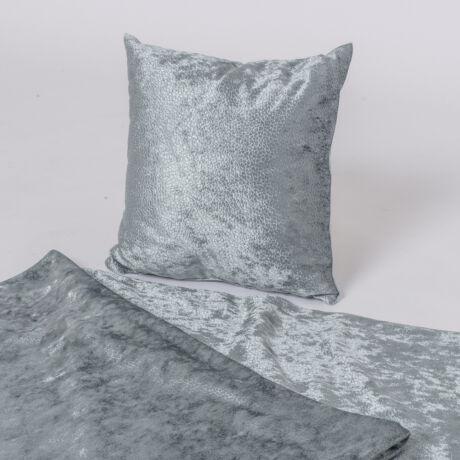 Elegáns, jégkék dísztermék. A díszpárna borítása pikkelyes, fényes felületű textilből készül.
