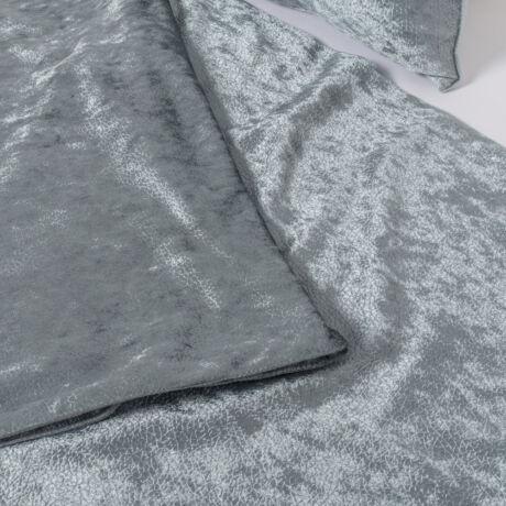 Elegáns, jégkék dísztermék. Az ágysál pikkelyes, fényes felületű textilből készül.