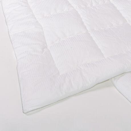 Csíkos szatén dupla paplan, mely nemcsak elegáns, de nyugodt álmot biztosít a természetes töltetre allergiások számára is.